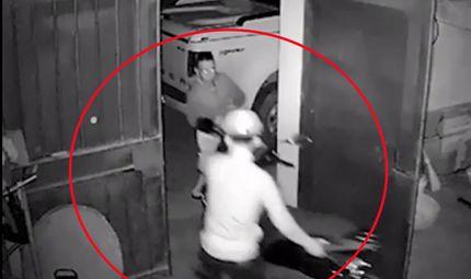Tin tức - Clip hai thanh niên đi ôtô ngang nhiên mở khoá cửa trộm xe máy nhà dân