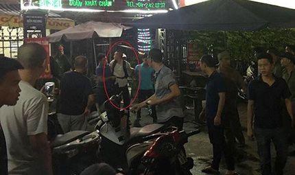 Tin tức - Hà Nội: Cảnh sát quật ngã thanh niên đâm người rồi leo lên nóc nhà cố thủ