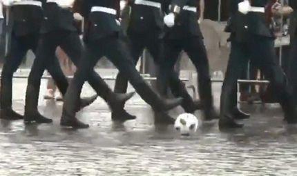 """Tin thế giới - Video: Fan bóng đá """"tan chảy"""" trước hình ảnh quân nhân Nga vừa diễu hành vừa đá bóng"""