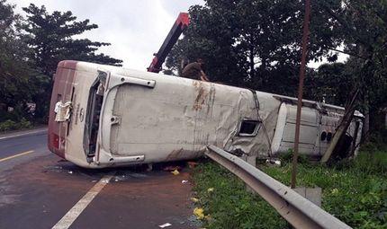 Tin tức - Tin tai nạn giao thông mới nhất ngày 17/8/2018: Đập cửa, cứu 30 hành khách ra khỏi ôtô bị lật