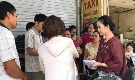 Tin tức - NSND Lan Hương giản dị đến giúp đỡ nạn nhân vụ cháy ở Đê La Thành