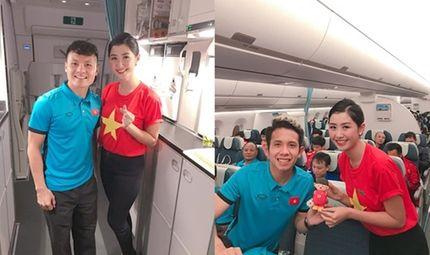 """Tin tức - Thông tin nữ tiếp viên hàng không """"xinh như mộng"""" chụp ảnh cùng tuyển Việt Nam"""