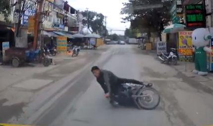 Tin tức - Video: Mải dùng điện thoại, nam thanh niên đi xe máy suýt chết trước đầu ô tô