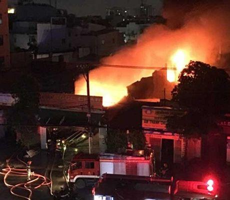- Hiện trường đổ nát, vật dụng ám khói đen kịt vụ hỏa hoạn kho vải tại TP.HCM