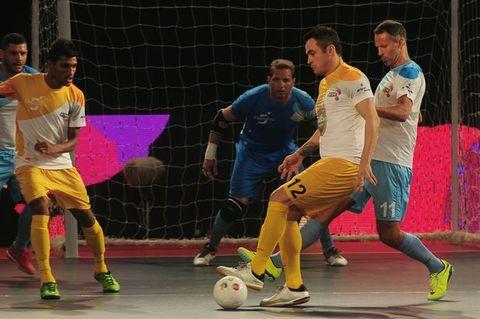 Ryan Giggs trình diễn kỹ thuật tuyệt đỉnh ở giải futsal Ấn Độ - Ảnh 1