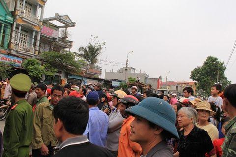 Mang quan tài sản phụ tử vong diễu phố ở Thanh Hóa - Ảnh 1