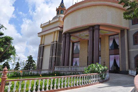Dinh thự của đại gia Trầm Bê: Tòa nhà xấu xí nhất Việt Nam? - Ảnh 3