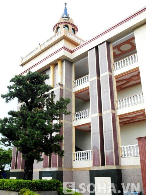 Dinh thự của đại gia Trầm Bê: Tòa nhà xấu xí nhất Việt Nam? - Ảnh 4