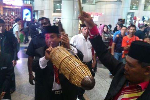 Pháp sư Malaysia nghi ngờ máy bay bị cướp? - Ảnh 1