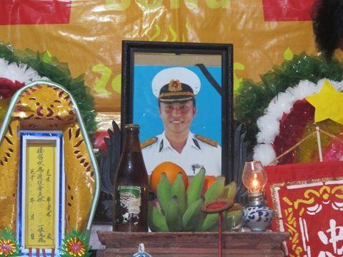 Nước mắt tuôn rơi bên thi hài chiến sĩ hy sinh tại Trường Sa - Ảnh 11