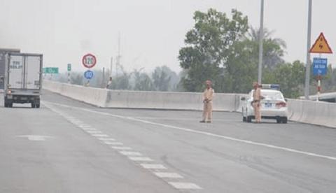 CSGT có được dừng xe, kiểm tra xe đang lưu thông trên đường cao tốc không?