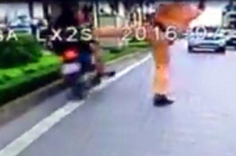 CSGT tung chân làm đôi nam nữ ngã xuống đường: Xuất hiện tình tiết bất ngờ - Ảnh 1