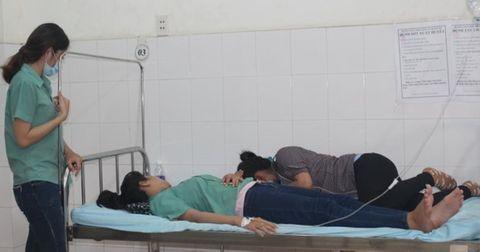 Gần 20 công nhân ở Tiền Giang phải nhập viện do ngộ độc thực phẩm - Ảnh 1