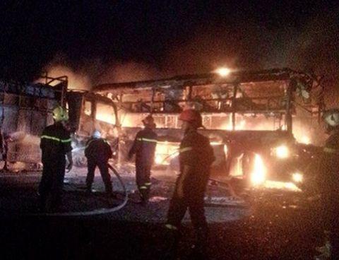 Hiện trường vụ cháy 2 xe khách tại Bình Thuận, hơn 10 người