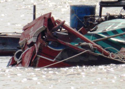 Cần Thơ: Chìm ghe sau va chạm với tàu biển, 2 người thoát chết