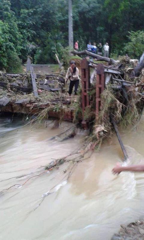 Nhiều cây cầu ở Miền Trung bị trôi sập sau mưa lũ - Ảnh 6