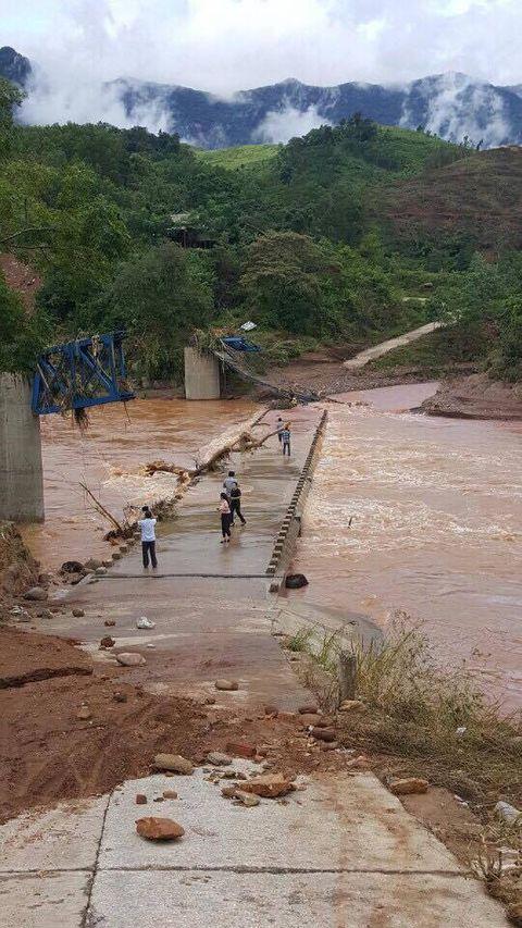 Nhiều cây cầu ở Miền Trung bị trôi sập sau mưa lũ - Ảnh 3