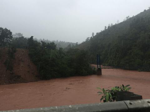 Nhiều cây cầu ở Miền Trung bị trôi sập sau mưa lũ - Ảnh 1