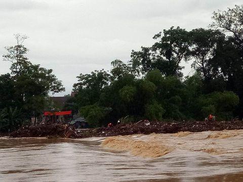 Nhiều cây cầu ở Miền Trung bị trôi sập sau mưa lũ - Ảnh 8