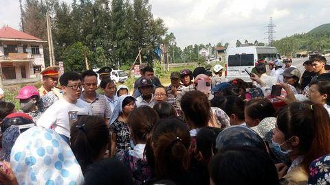 Vụ chặn xe chở công nhân: Triệu tập thôn trưởng và công an viên - Ảnh 1