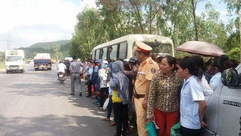 Vụ chặn xe chở công nhân: Triệu tập thôn trưởng và công an viên - Ảnh 2