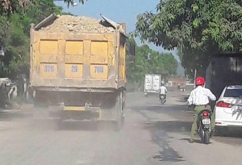 Dân kêu khổ vì xe phục vụ dự án quốc lộ mới phá nát quốc lộ cũ - Ảnh 9