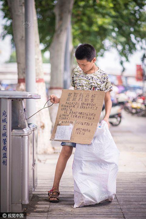 Cảm động cậu bé 12 tuổi đi nhặt rác kiếm tiền chữa ung thư cho mẹ kế - Ảnh 2