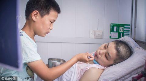 Cảm động cậu bé 12 tuổi đi nhặt rác kiếm tiền chữa ung thư cho mẹ kế - Ảnh 5