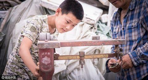 Cảm động cậu bé 12 tuổi đi nhặt rác kiếm tiền chữa ung thư cho mẹ kế - Ảnh 7