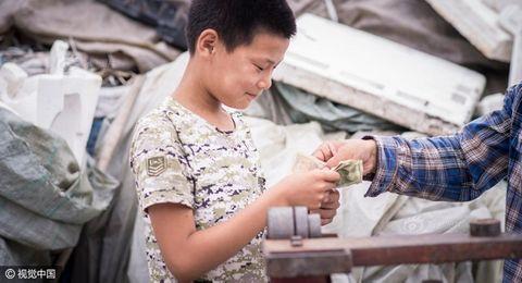 Cảm động cậu bé 12 tuổi đi nhặt rác kiếm tiền chữa ung thư cho mẹ kế - Ảnh 8