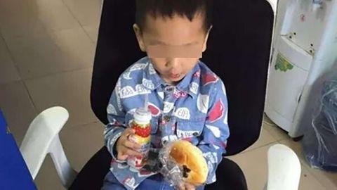 Xót thương cháu bé 3 tuổi cố chạy theo mẹ sau khi bị bỏ rơi ở trại trẻ mồ côi - Ảnh 1