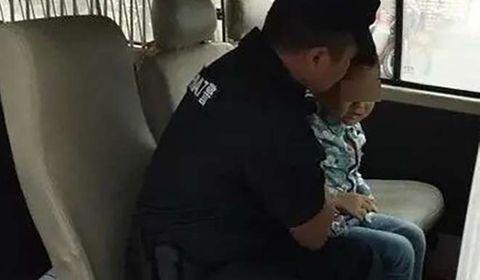 Xót thương cháu bé 3 tuổi cố chạy theo mẹ sau khi bị bỏ rơi ở trại trẻ mồ côi - Ảnh 2