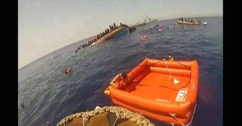Video-Hot - Kinh hoàng tàu chở gần 600 người di cư lật úp giữa Địa Trung Hải