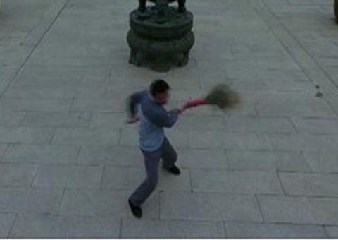 Video-Hot - Mãn nhãn xem người quét chùa Thiếu Lâm múa chổi như cao thủ võ thuật