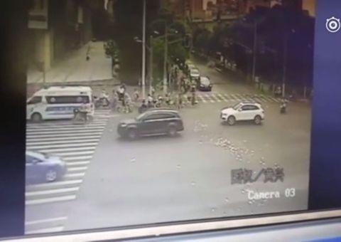 Cộng đồng mạng - Thái độ đáng ngạc nhiên của người qua đường với số tiền bị rơi