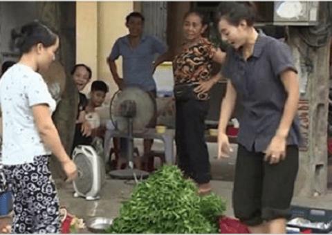 """Chuyện làng sao - Bắt gặp """"tiểu thư Phan Hương"""" của """"tập đoàn Phan Thị"""" bán rau ở chợ ngoại thành Hà Nội"""