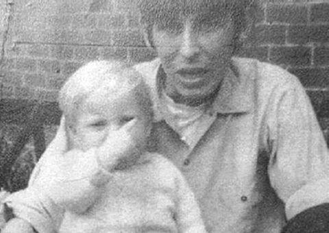 Đời sống - Bức ảnh cũ trên Facebook tố cáo tội ác của người cha dượng từ 49 năm trước