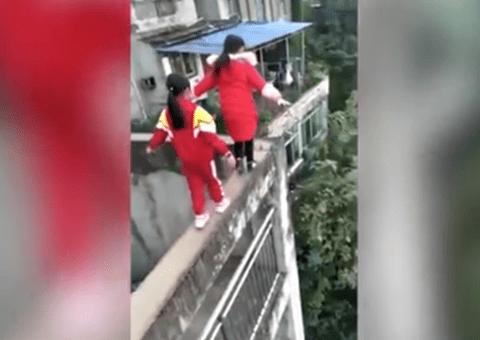 Tin tức - Rùng mình xem clip 3 bé gái tiểu học mạo hiểm chạy nhảy trên tường cao 20m