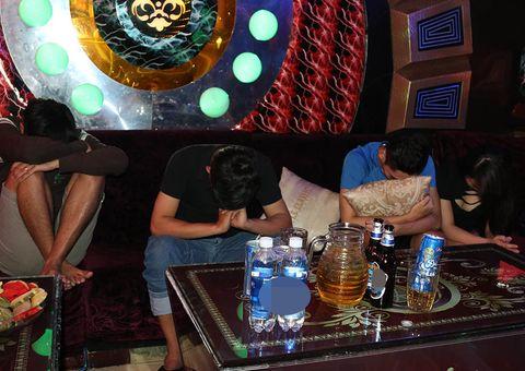 """Tin tức - Kiểm tra quán karaoke, phát hiện nhiều """"nam thanh nữ tú"""" sử dụng ma tuý"""