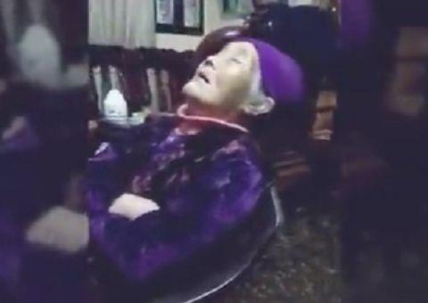 """Tin tức - """"Thần thái hơn người"""" của bà ngoại vừa xem phim vừa ngủ gật đốn tim cư dân mạng"""