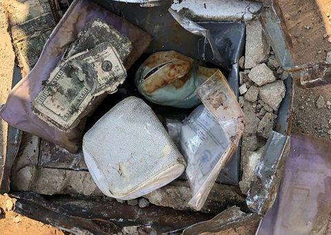 """Tin tức - Cặp vợ chồng """"choáng váng"""" vì phát hiện kho báu giá trị cả tỷ đồng được chôn sau nhà"""