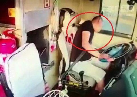 Tin tức - Video: Tài xế đột quỵ khi chạy xe, hành khách ứng cứu gay cấn như phim hành động