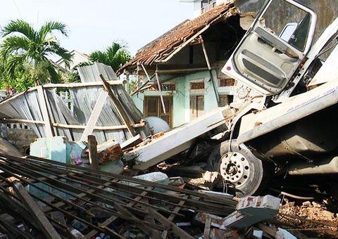 Tin tức - Xe container đâm sập nhà dân, cả gia đình đang ngủ bị thương nặng