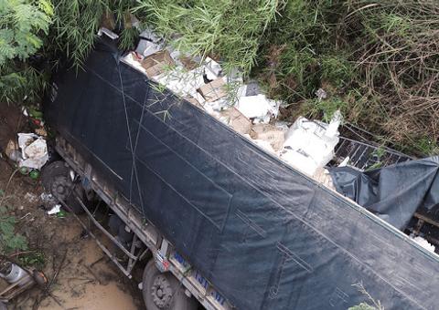 Tin tức - Tin tai nạn giao thông mới nhất ngày 25/6/2018: Tài xế ngủ gật, xe tải lao xuống cầu khiến phụ xe tử