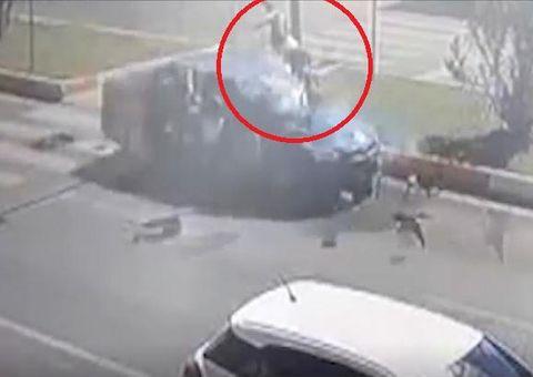 Tin tức - Video: Mẹ cùng 2 con gái bị ôtô hất tung lên trời sau tai nạn kinh hoàng