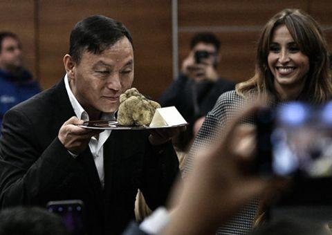"""Khách """"sộp"""" bạo tay chi gần 100.000 USD chỉ để mua gần 1kg nấm"""