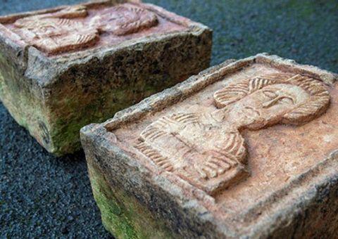 Hai tảng đá vứt lăn lóc ngoài vườn lại là báu vật khiến gia chủ hoảng hốt