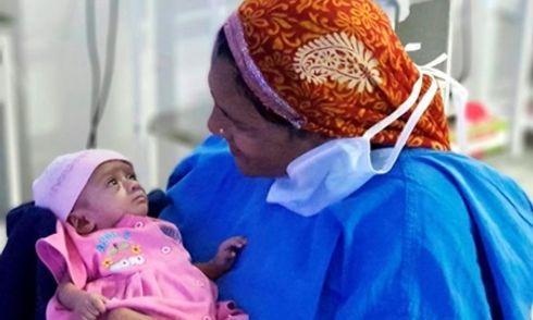 Kỳ diệu bé gái sinh non ở tuần 28, chỉ bằng một gang tay vẫn sống sót