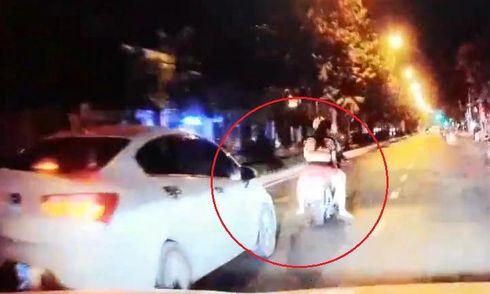 Video: Xe máy kẹp 3 lạng lách, tạt đầu ô tô