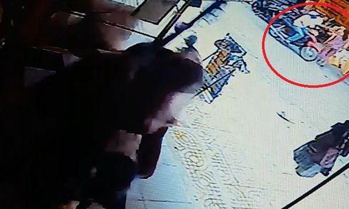 Video: Tên cướp táo tợn giật dây chuyền giữa chợ
